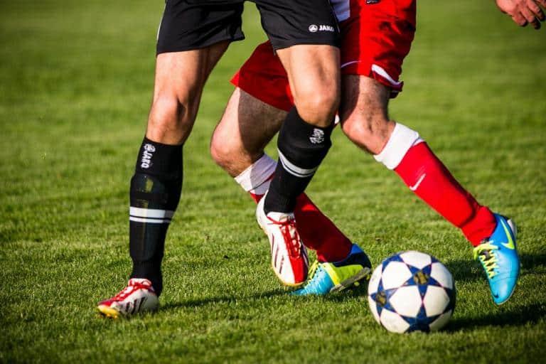 Barfuß zum Spiel? Bundesligaprofis kaufen Fußballschuhe selbst